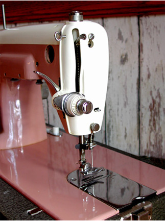 Universal De Luxe Streamliner Sewing Machine Model DST