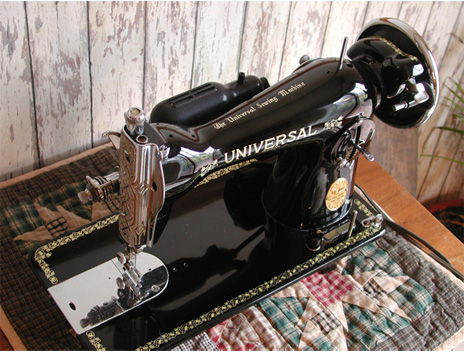 Universal De Luxe Sewing Machine